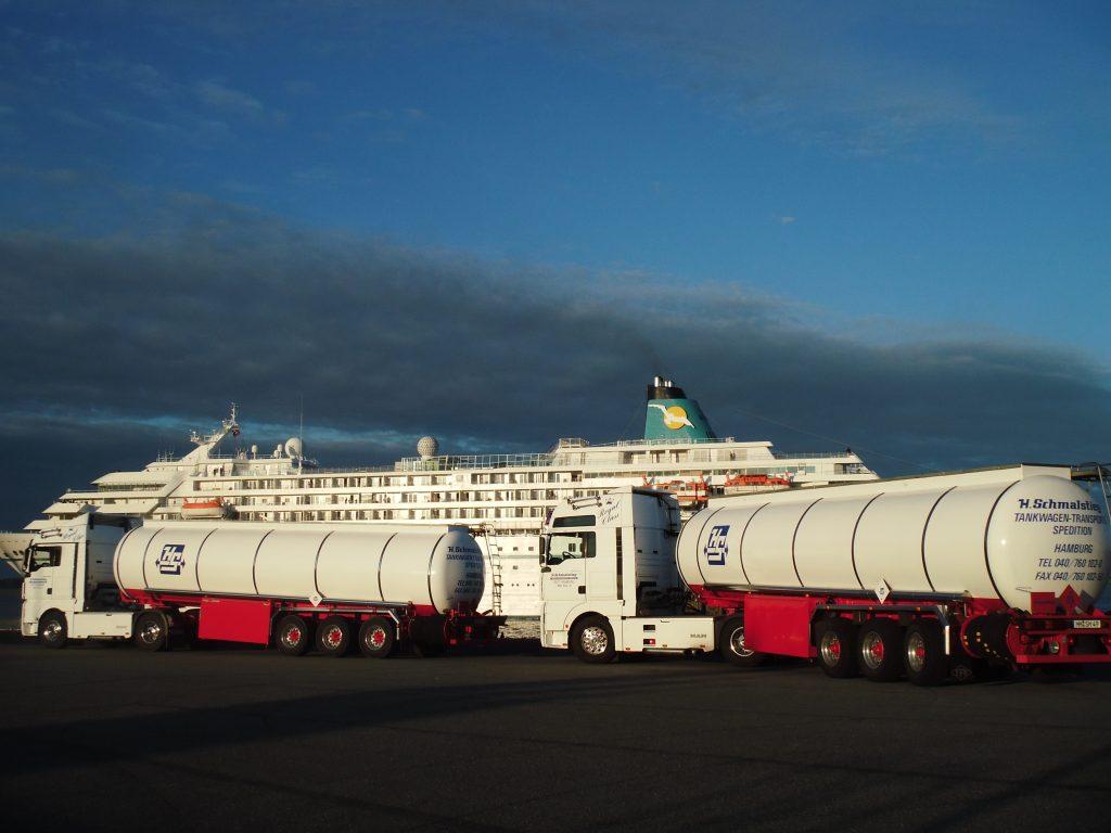 Tankkraftwagen am Hafen