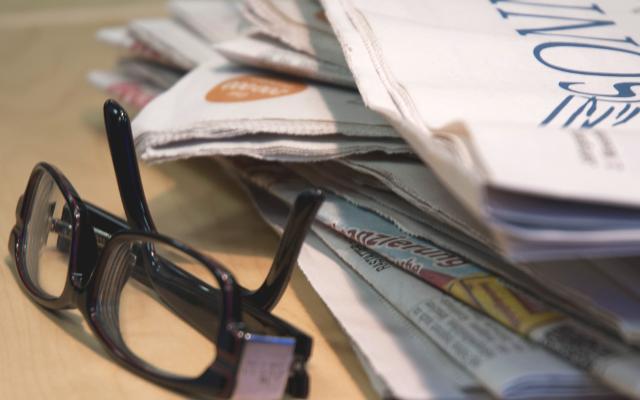 Brille mit Zeitungen, Presse-Artikel von LogControl